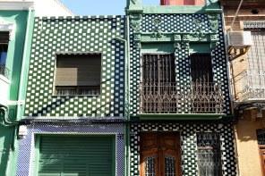 Deux façades couvertes de céramiques blanches et vertes