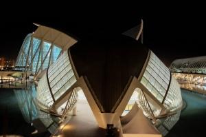 Une structure moderne illuminée en forme de carapace