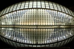 Reflets d'un bâtiment moderne illuminé