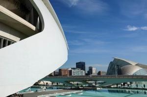 Un quartier moderne de Valence avec des immeubles et une structure blanche moderne au premier plan