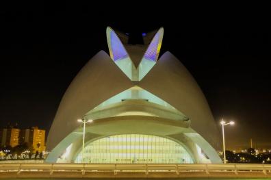 Un palais en forme de bateau illuminé, une oeuvre moderne et futuriste