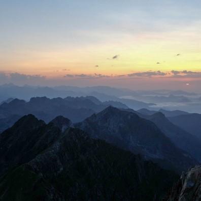 Un superbe coucher de soleil sur les Pyrénées depuis le Pic du Midi