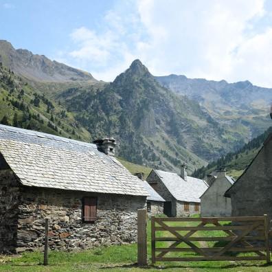 Les granges du Moudang dans les Pyrénées, près de Saint-Lary