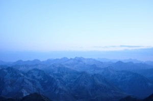 La chaîne pyrénéenne au moment du coucher du soleil