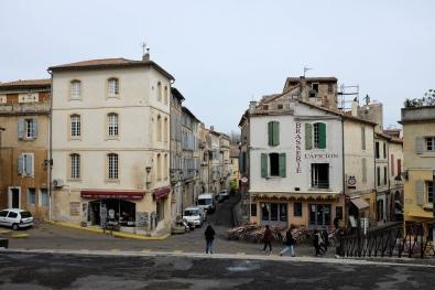 Une place dans la vieille ville de Arles située à côté des arènes