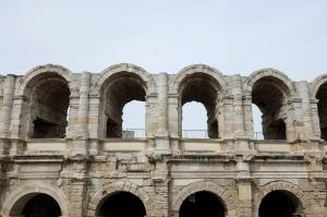 Les arènes de Arles avec leurs arcades en pierre