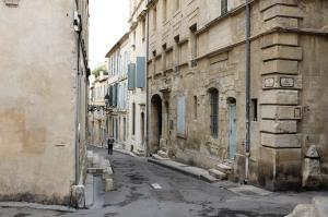 Une rue déserte dans le centre ville de Arles