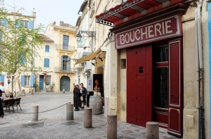 Une petite place typique dans le centre historique de Arles
