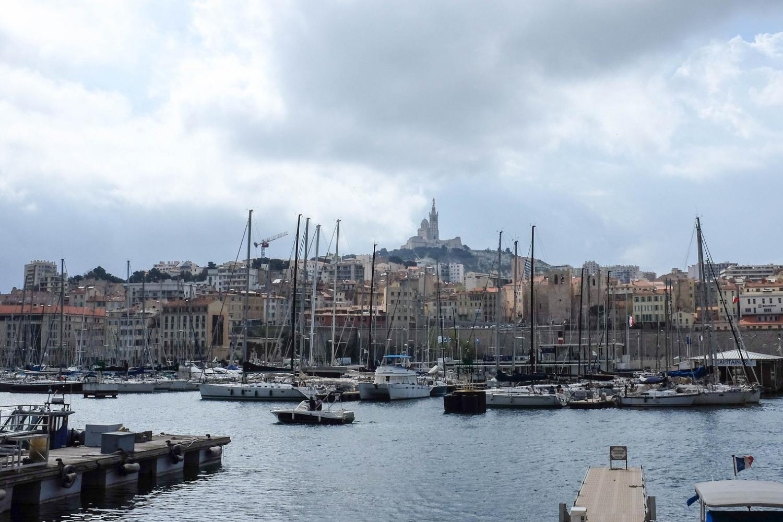 Vue sur le Vieux Port de Marseille et sur la Bonne Mère qui domine la ville