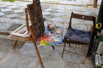Les outils d'un artiste peintre dans le quartier Santa Cruz