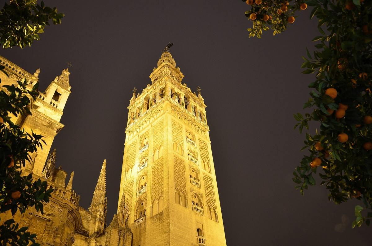sevilla giralda by night