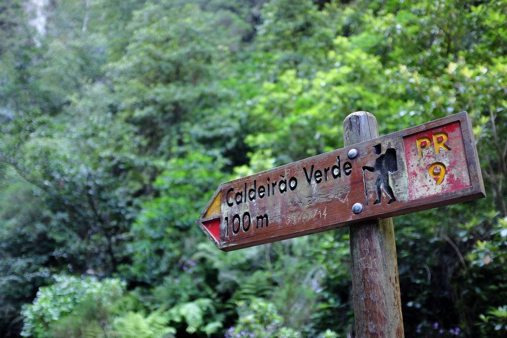 panneau de direction Caldeirão Verde